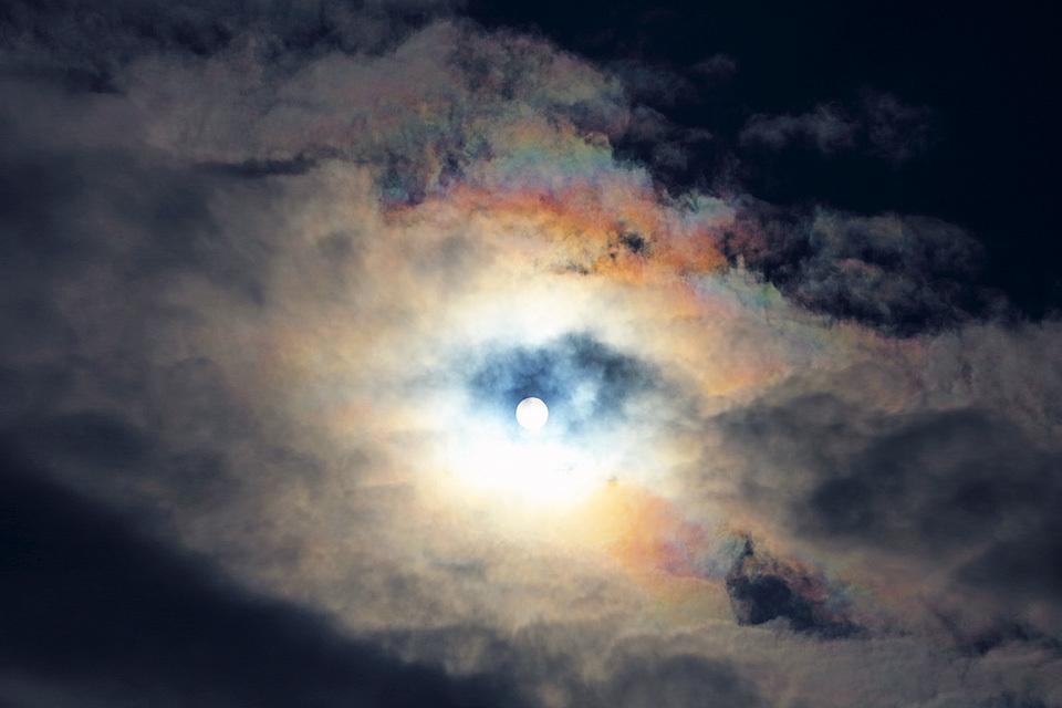 「どろどろ」と音が聞こえて来そうな光環と彩雲