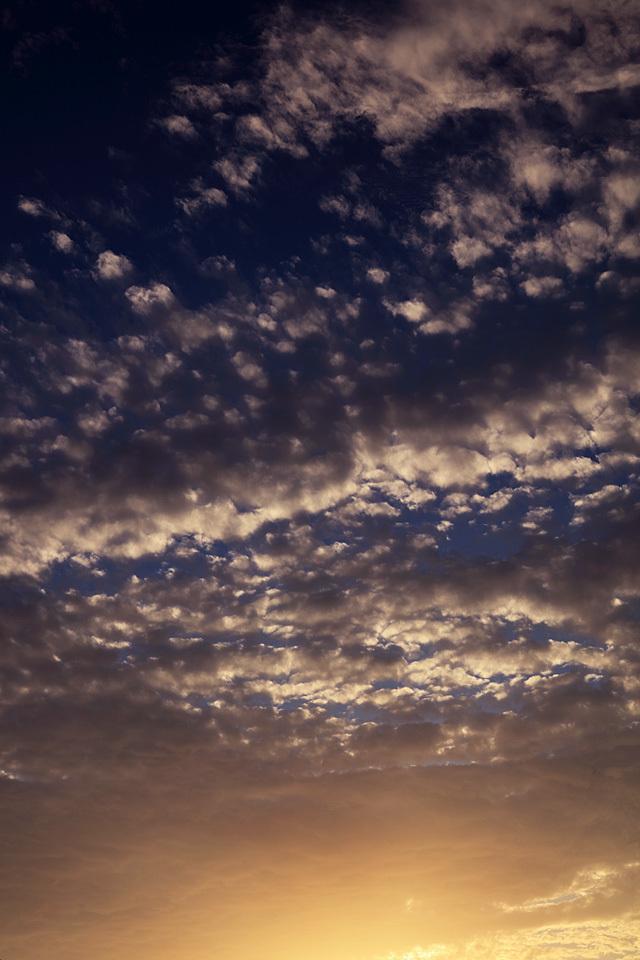 寝そけた朝に──シャンパンゴールドの空と紫だちたる雲