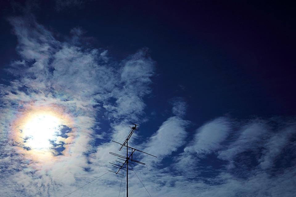 VHFアンテナのある空景 (その16) ── エビフライと目玉焼きが食べたくなった日