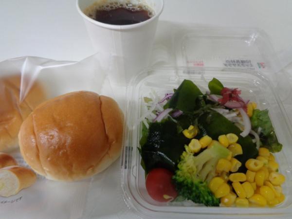 3/25 セブン・10種具材のミックスサラダ、焙煎胡麻&ロール