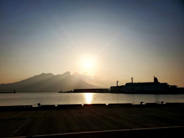 港からの桜島 3月