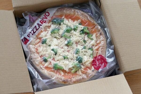 冷凍ピザが5枚入った段ボール箱