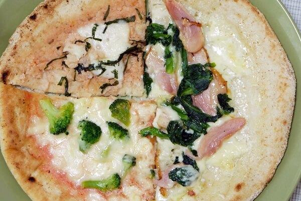 他のピザと合わせて色とりどりの皿
