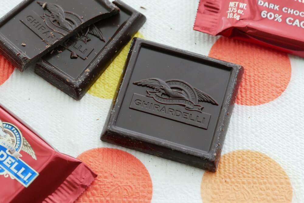 ロゴが刻印された四角いチョコレート