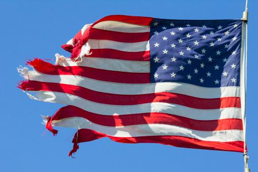 アメリカ国旗ボロボロ