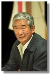 石原慎太郎は、運輸省(現在の国交省)に対してこの灯台を海図に記載するよう要請したが、外務省が妨害してそれを阻止した