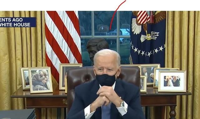 次のホワイトハウス執務室のバイデン(偽物)の映像では、バイデンの