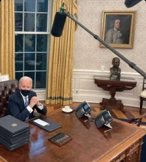 20210124バイデンも影武者!イヤホンの指示どおり行動できない馬鹿!ホワイトハウスの執務室は映画のセット