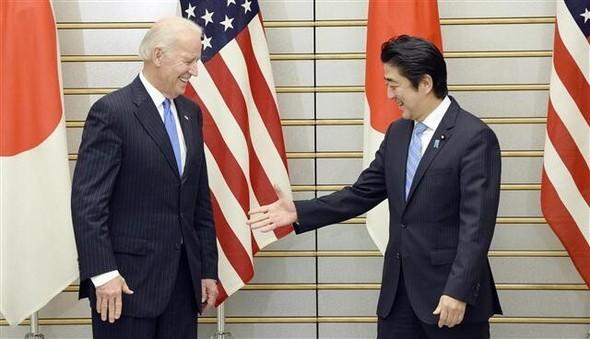 160485827300_20201109.jpg2013年12月3日、安倍晋三首相が、日本を訪れたバイデン米副大統領を歓迎し、手を差しのべている。両氏は同日、中国の防空識別圏や日米同盟などについて話し合った=東京ロイターニュース1