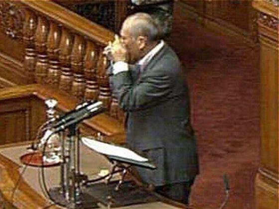 平成23年(2011年)9月16日(金)、国会の代表質問の際に【朝鮮飲み】を披露!