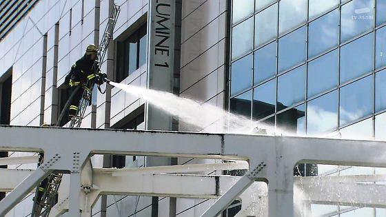 駆け付けていた消防隊によって、すぐに放水され、やがて火は消し止めらた。