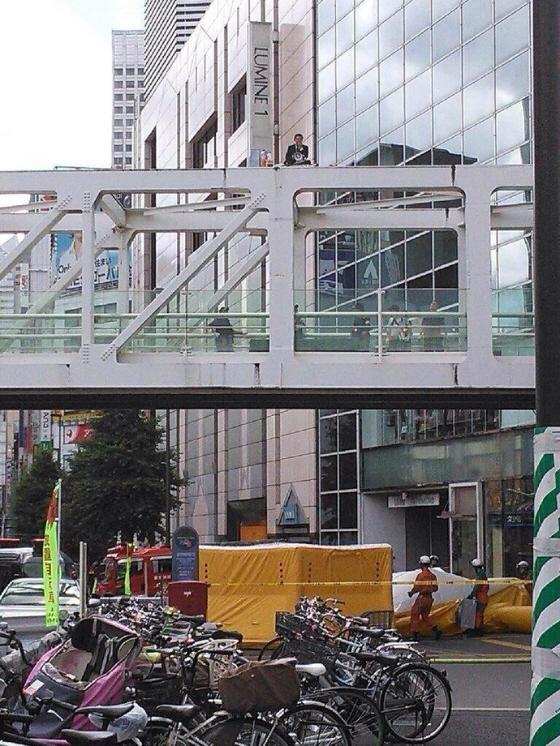 平成26年6月29日、西新宿の歩道橋の鉄枠の上で、腐れパヨク男が「集団的自衛権の行使容認に反対」演説後、ペットボトルに入ったガソリンのようなものを頭からかぶり、ライターで火を付ける卑劣なテロを行った!