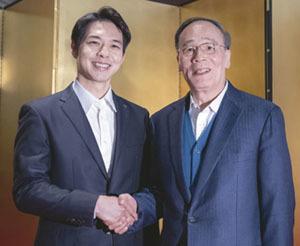 北海道を訪問した中国の王岐山国家副主席(右)と、鈴木直道知事(共同)