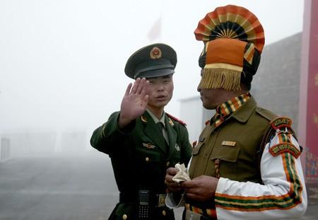 インド北東部シッキム州の対中国境に立つ中印両国の兵士=2008年7月(AFP時事)