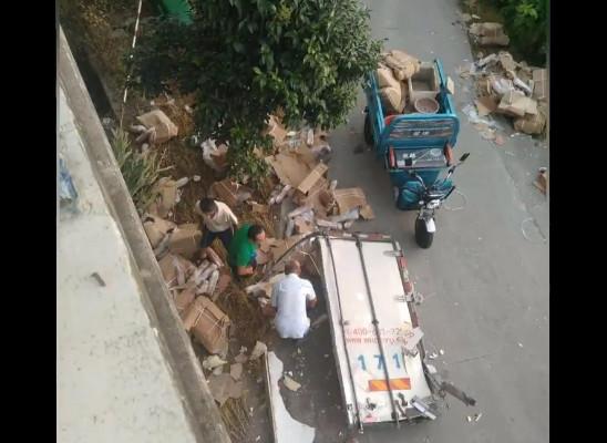 横転したトラックから「豚肉争奪戦」100人超参加=中国江蘇省