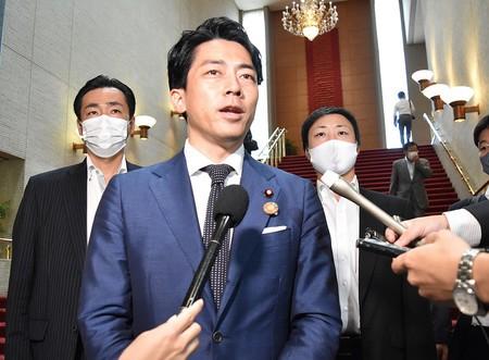 自民総裁選、菅氏が出馬意向 二階派が支持、追随の動きも―来月17日にも首相指名 記者団の取材に応じる小泉進次郎環境相=30日午後、福島市