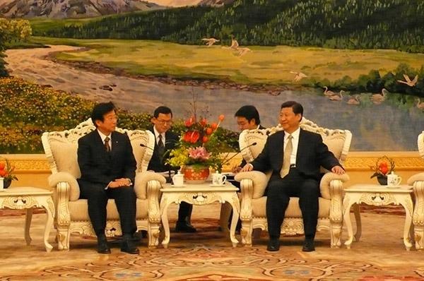 習近平国家副主席(当時)と会見する川勝平太静岡県知事(2010年1月11日、北京・人民大会堂)