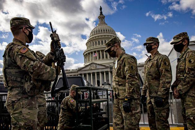 武器を持って議事堂周辺の警備に当たる州兵(2021年1月17日)