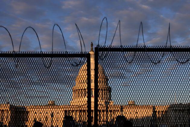 連邦議事堂の周りに作られた有刺鉄線のついたフェンス(2021年1月16日)