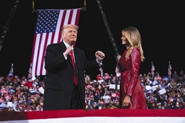 5日、米南部ジョージア州バルドスタで、大統領選後初の大規模支持者集会に姿を見せたトランプ大統領(左)とメラニア夫人