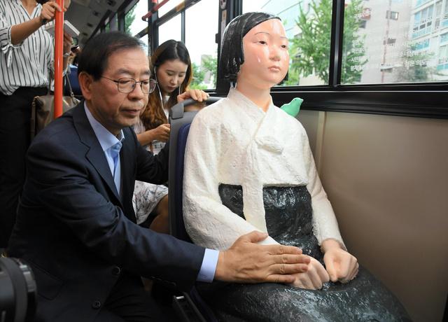 2017年8月14日、ソウル市を走るバスに乗せた「ニセ慰安婦像」(売春婦像、米軍装甲車轢殺少女像)に触れる(セクハラ!痴漢!性的虐待!をする)朴元淳(パクウォンスン)ソウル市長