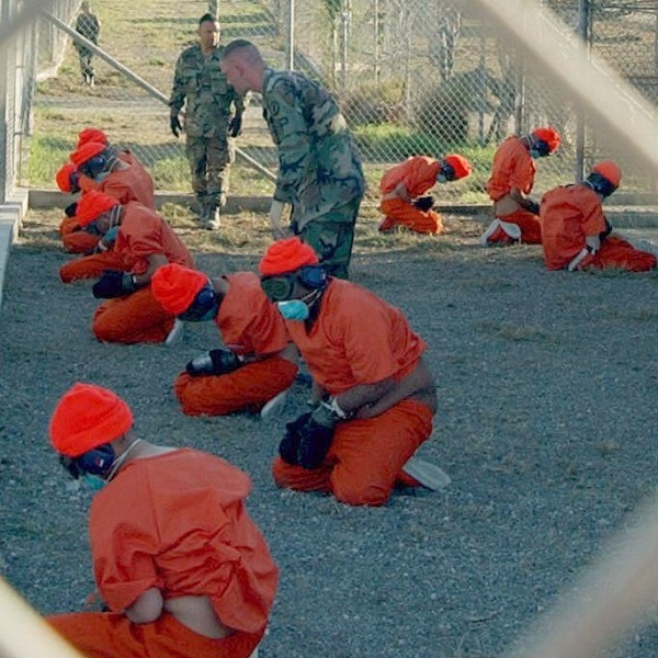 エックスレイ・キャンプに到着間際の収監者たち。2002年1月11日。