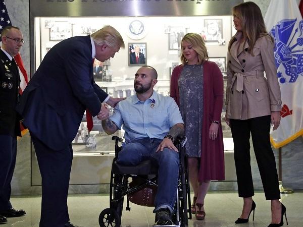 負傷兵に心からの敬意を払うトランプ大統領