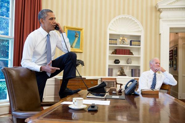 机の上に靴を履いた足を乗せるオバマ20210321プーチン「米国は広島と長崎に核兵器を使った。軍事的に全く無意味!民間人虐殺」偽バイデンに反撃