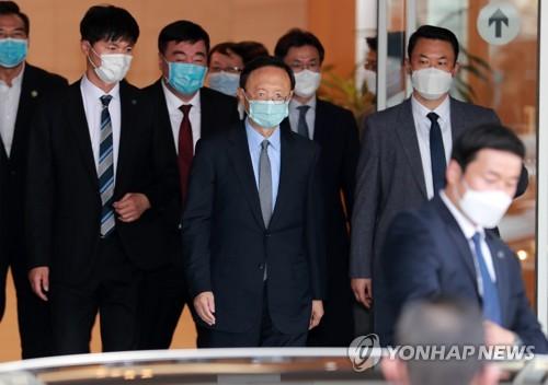 金海国際空港に到着した楊潔チ共産党政治局員(中央)=21日、釜山(聯合ニュース)