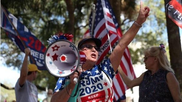 トランプ氏を支持し続ける保守派は多い(フロリダ州オーランドのハイアットリージェンシーホテル前)