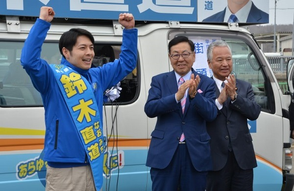 北海道知事選で鈴木氏の応援団長を勤めた似鳥昭雄・ニトリ会長(中央)