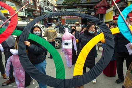 インドで北京五輪反対のデモを行った亡命チベット人ら=3日(AP)
