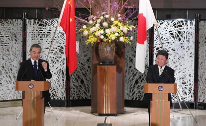 共同記者発表に臨む茂木敏充外相(右)と中国の王毅国務委員兼外相=2020年11月24日午後、東京都港区の飯倉公館、代表撮影