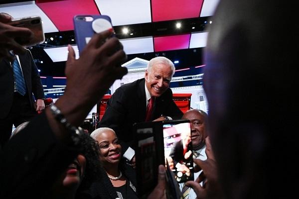 アトランタで写真のポーズをとるジョー・バイデン元副大統領20201211米軍中将「大統領は戒厳令を出せ!国家緊急事態を宣言し、反乱法を発動すべき」・トランプ「起こる」
