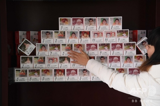 中国で誘拐された子どもを探すサイト「宝貝回家」が飲料メーカーと連携して、11万本のボトルに行方不明の子どもの写真を印刷し、情報を求めた(