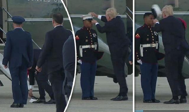 風に飛ばされた若い黒人の海兵隊員の帽子を追いかけて屈んで拾ってかぶせてあげるトランプ大統領
