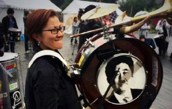 平成26年(2014年)11月に開催された「赤旗まつり」で、共産党の活動家だった池内さおりは、ヒトラーの髭を安倍晋三首相のモノクロの顔写真に書き加えた、ヒトラー風の安倍首相写真をドラムに貼り付け、