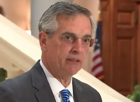 トランプ大統領は、機密訴訟の電話を漏らしたとして、汚いジョージア州務長官ラフェンスパーガーに対して2件の訴訟を起こす
