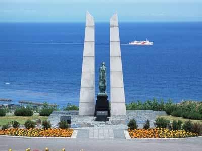 氷雪の門(ひょうせつのもん)は、北海道稚内市の稚内公園内にあるかつて日本領土だった樺太で亡くなった日本人のための慰霊碑
