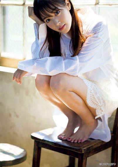 【女子アナ】鷲見玲奈、白シャツから輝く美脚を大胆披露
