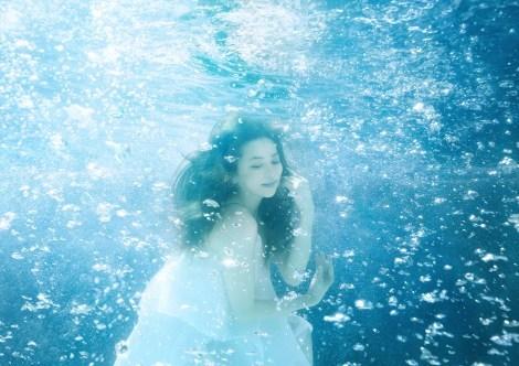 """香里奈、初の水中撮影で""""人魚""""風に"""