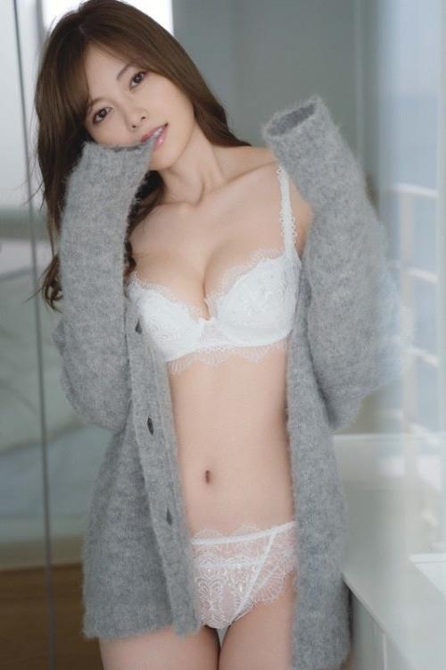 白石麻衣(28)が美しい!まぶしすぎる圧巻の純白ランジェリー姿解禁