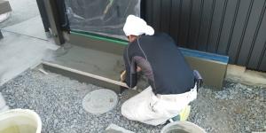 8 外玄関ポーチモルタル塗り作業中(菱池S様邸大型リフォーム工事(内装クロス・玄関タイル))