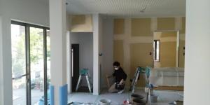 1 壁クロス貼作業中(菱池S様邸大型リフォーム工事(内装クロス・玄関タイル))