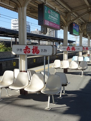 松阪駅の赤福ベンチ2012