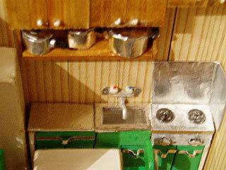 吊戸棚に鍋を並べる