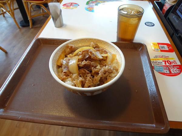 昼食にすき家で牛丼を食べてきました。