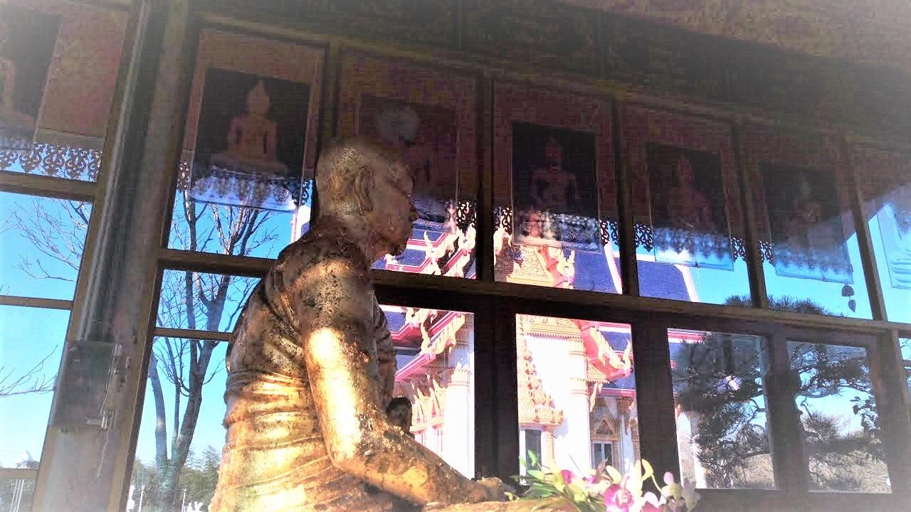 ワットパクナム(千葉県成田市)タイのお寺。離れのお堂の高僧様の像