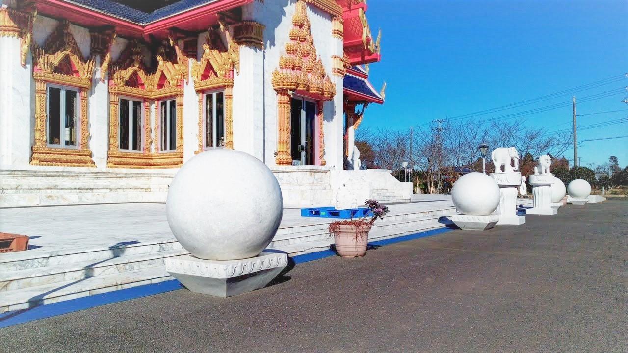 ワットパクナム(千葉県成田市)タイのお寺本殿周囲に設置されている大理石製の白い球体の写真
