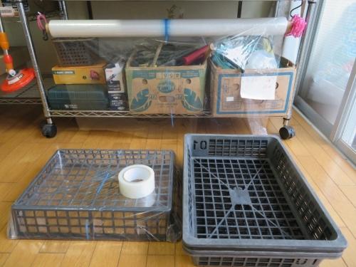 育苗バットにビニールを張り、実生苗用ミニ温室を作りました。2020